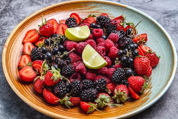 딸기, 검은 딸기, 딸기, 검은 건포도와 딸기 접시
