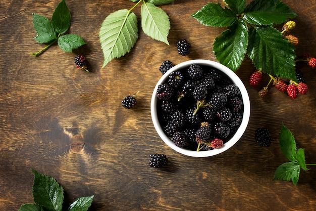 부엌 나무 테이블 위에 있는 잘 익은 딸기