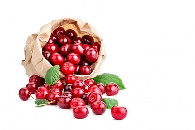 白地に熟したチェリーの果実。