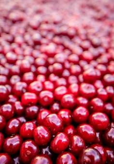 Текстура ягод, вишневый фон, вид сверху свежих сочных овощей, вегетарианская еда, источник клетчатки, витаминов и фруктозы.