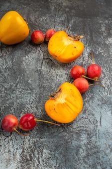 딸기 식욕을 돋우는 체리 감이 원으로 펼쳐져 있습니다.