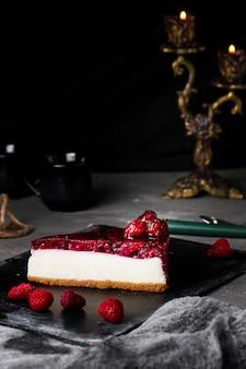 テーブルの上のベリーチーズケーキ