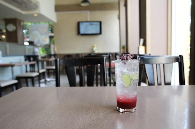 Ягодный коктейль с лаймом на деревянном фоне