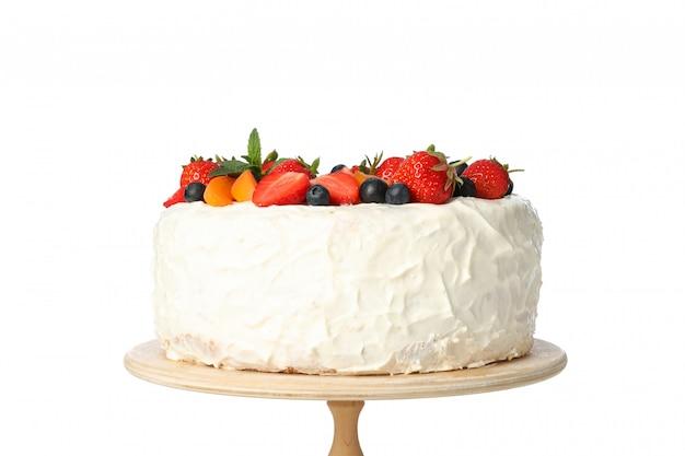 흰색 배경에 고립 된 나무 스탠드에 베리 크림 케이크