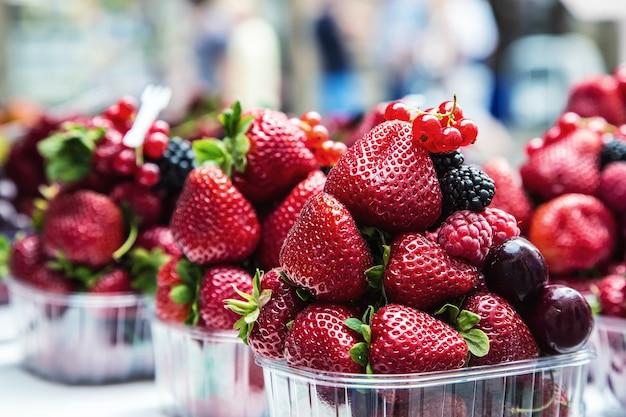 Ягоды на рынке черника малина клубника вишня лесные плоды