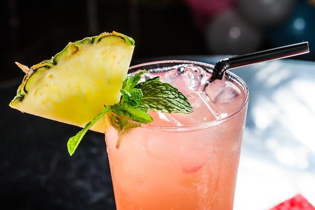 Ягодный напиток морс крупным планом с ананасом.