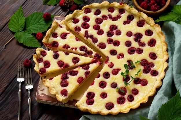 ベリーパイの夏フレッシュベリーラズベリーの甘いパイタルトラズベリーのおいしいケーキ