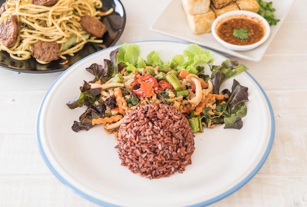 Ягодный рис с протеиновым тофу-протеином и базиликом