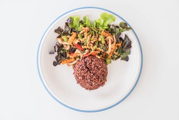 炒めた豆腐のタンパク質とバジルのベリーライス
