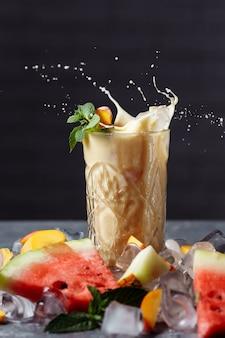 Ягодный смузи с падающими дольками фруктов