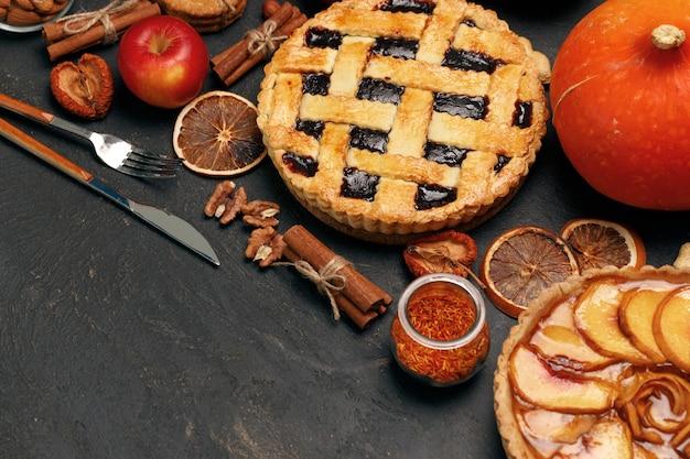 Ягодный пирог и яблочный пирог на черном фоне