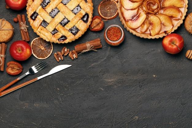 Ягодный пирог и яблочный пирог на черной поверхности