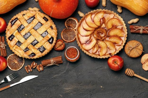 Ягодный пирог и яблочный пирог с яблоками и специями