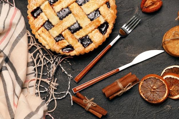 黒いテーブルの上のベリーのタルトパイのクローズアップ写真