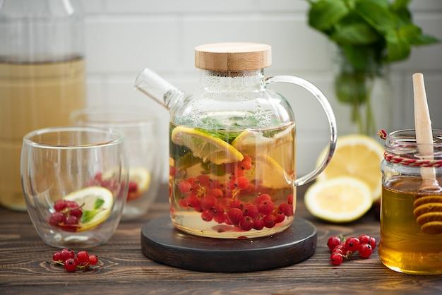 Ягодный чай с ягодами красной смородины, лимоном, мятой и медом