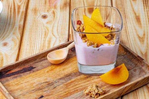 グラスにフルーツとグラノーラのベリーヨーグルト