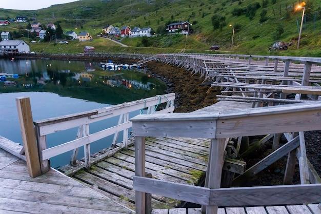 ノルウェー、セール島のコードを乾燥させるためのバースと木製ラック