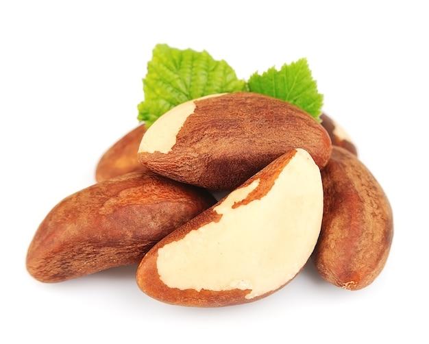 Bertholletia. бразильские орехи с листьями на белом крупным планом