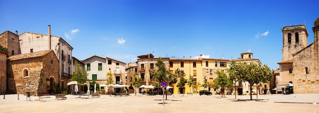 町の広場のパノラマ。 besalu