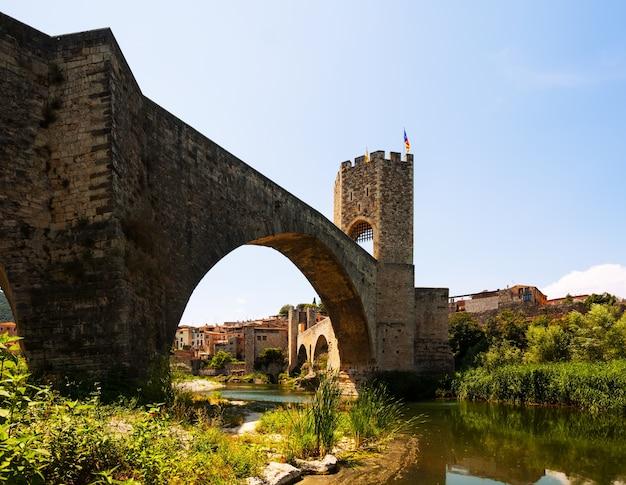 中世の要塞と橋。 besalu
