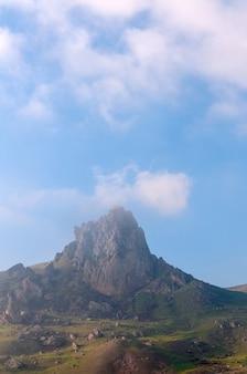 アゼルバイジャンの雲に囲まれたベシュバルマグ山