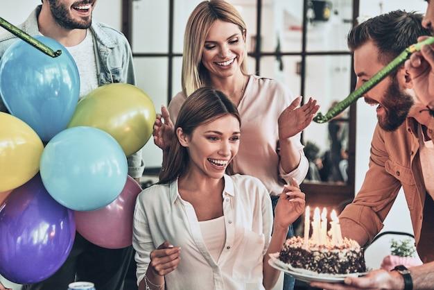 Лучший день рождения! группа счастливых людей празднует день рождения среди друзей и улыбается