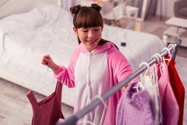 Лучший выбор. добрая школьница чувствует счастье во время подготовки к свиданию
