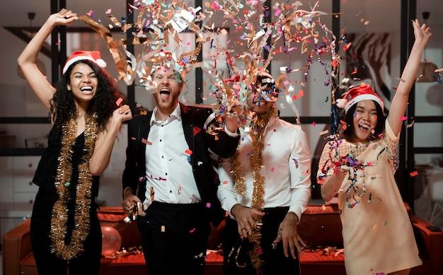Лучшие друзья празднуют на новогодней вечеринке