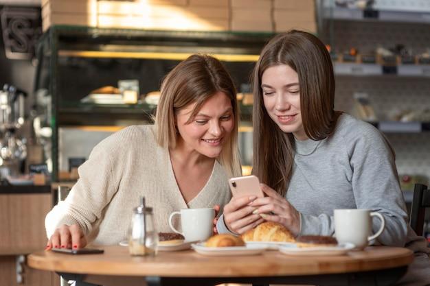 Migliori amici gustando un delizioso pasto in un pub