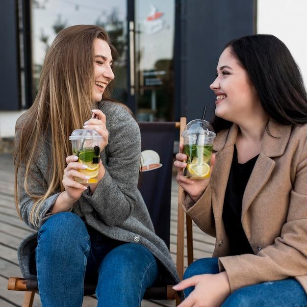 Лучшие друзья наслаждаются коктейлями