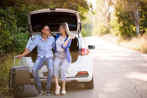 차 안에서 여행을 즐기고 도로 여행에서 많은 즐거움을 즐기는 가장 친한 친구.