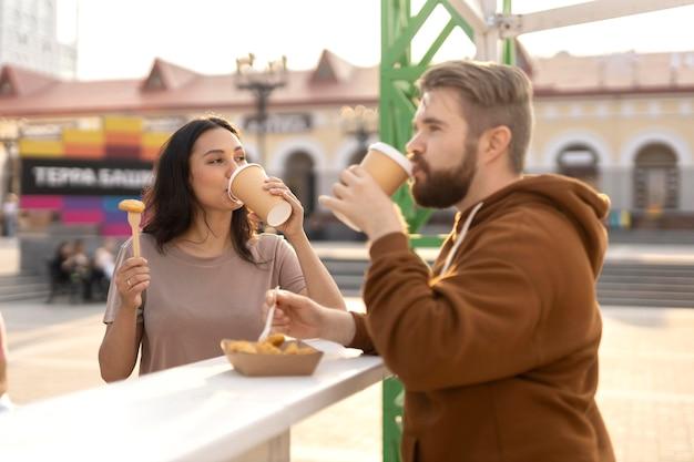Лучшие друзья едят уличную еду на улице