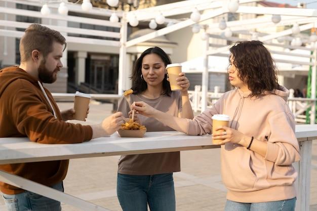 Лучшие друзья получают уличную еду