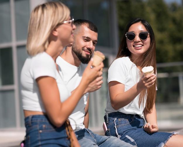 アイスクリームを楽しみながら屋外で過ごす親友
