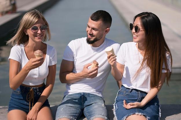 アイスクリームを楽しみながらくつろぐ親友