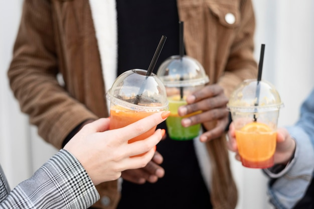 Migliori amici che vanno in giro mentre si godono un delizioso drink