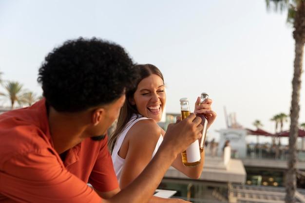 屋外で一緒に飲み物を飲む親友