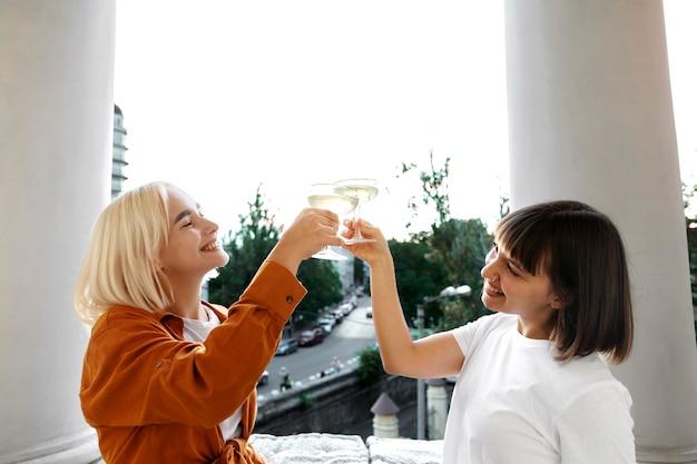 楽しんで、いくつかの飲み物を楽しんでいる親友