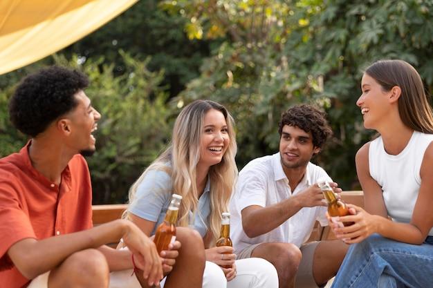 Migliori amici che si divertono insieme all'aperto