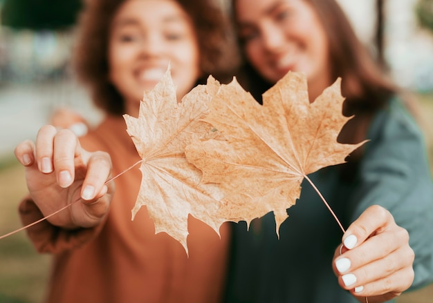 Лучшие друзья держат осенние листья