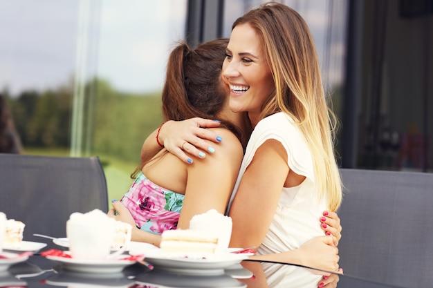 カフェで抱き締める親友