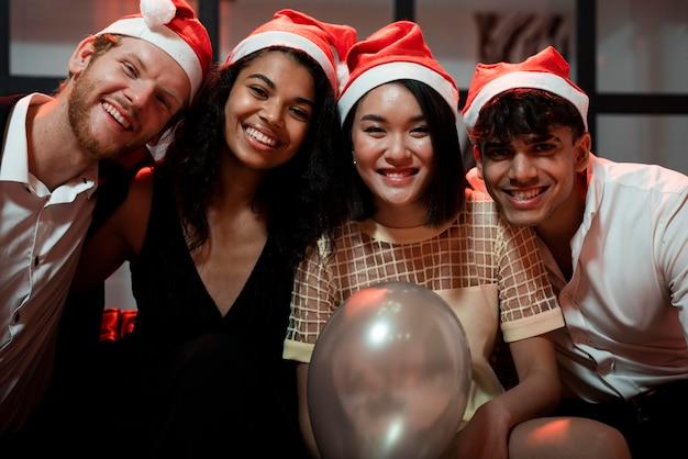 Лучшие друзья позируют на новогодней вечеринке