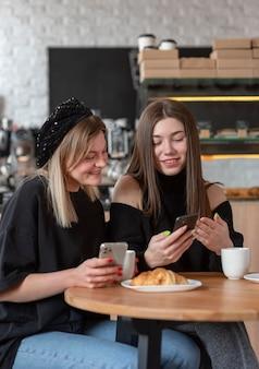 Migliori amici che passano un po 'di tempo insieme a un buon caffè