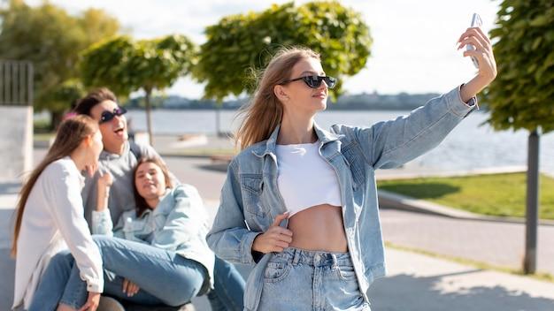 Лучшие друзья вместе делают селфи на открытом воздухе