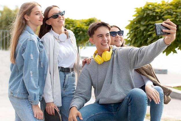 Migliori amici che si fanno un selfie insieme all'aperto