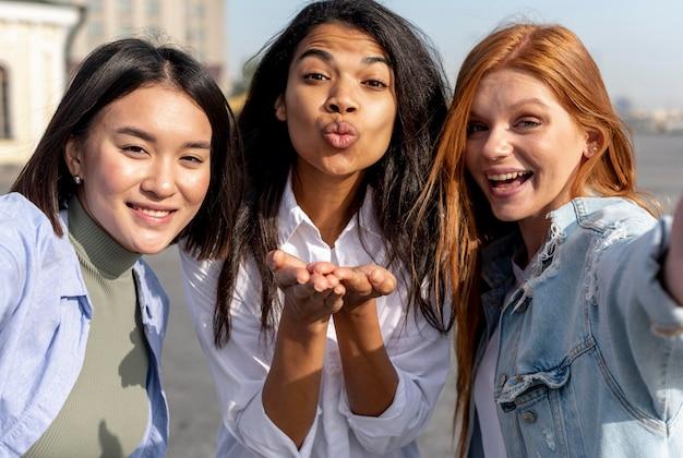 Migliori amici che prendono un selfie