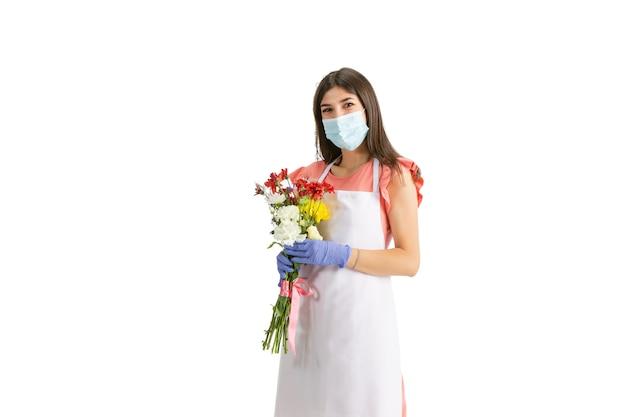 最高の贈り物。若い美しい女性、白いスタジオで隔離のカラフルな新鮮な花束を持つ花屋