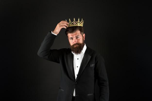 Лучший мужчина на земле достижение успеха в бизнесе королевский и роскошный красивый работник ищущий славы мужчина