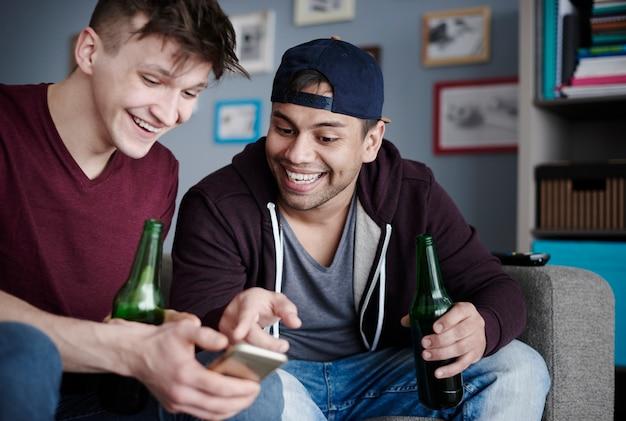 Migliori amici con cellulare e bevande?