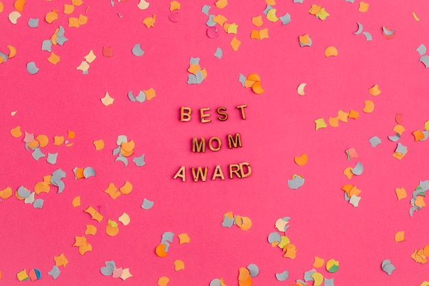 Best mom award title among confetti